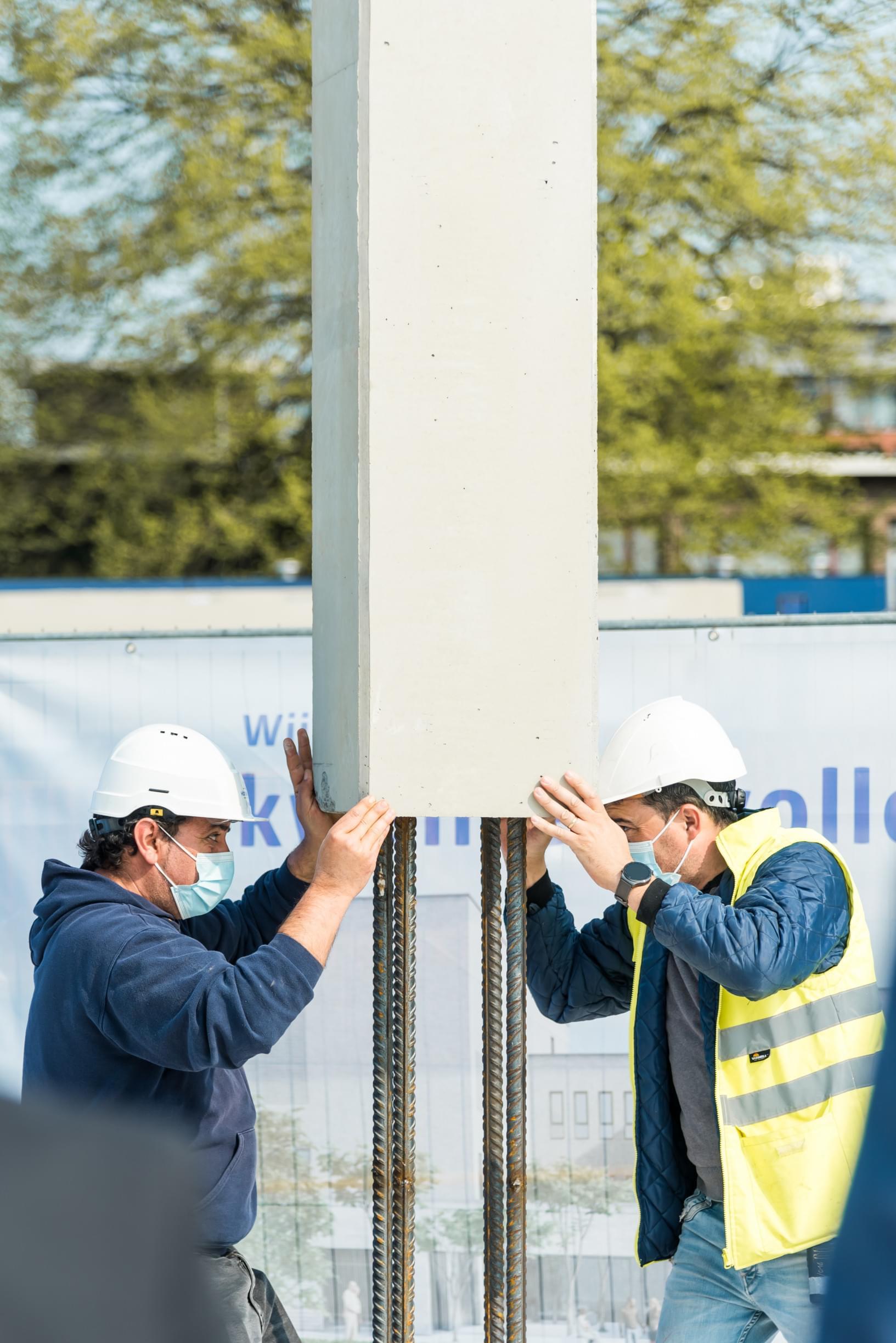 Plaatsen betonnen kolom