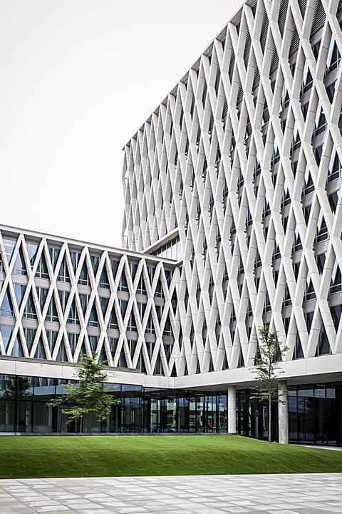 Zijgevel van de Artesis Hogeschool Antwerpen, Campus Noor. X-elementen gerealiseerd door Verheyen Beton, een dochterbedrijf van de B&R Bouwgroep